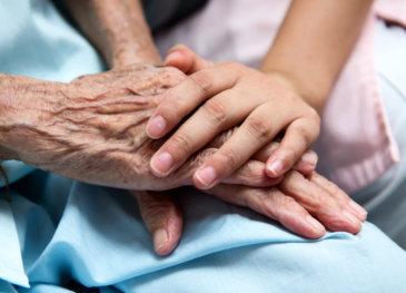 Illustrasjonsbilde: hånd, hender, pårørende, barn, voksen, gammel, eldre, syk, frisk, omsorg, familie, nærhet, hjernesykdom, sykdom, sammen